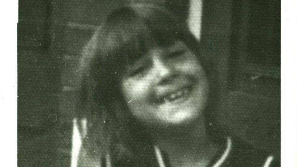 Photo d'une enfant de 7 ans en noir et blanc