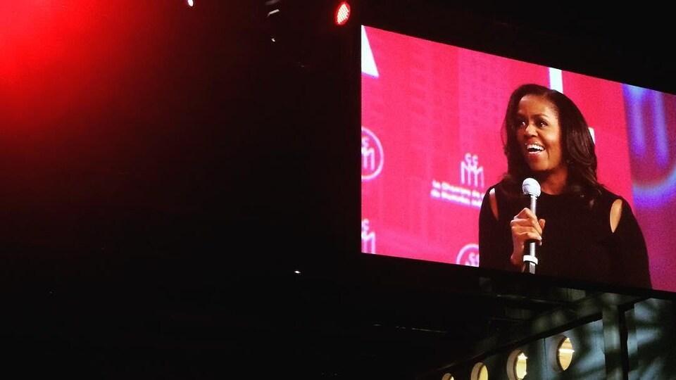 La conférence de Michelle Obama, retransmise sur écran géant.
