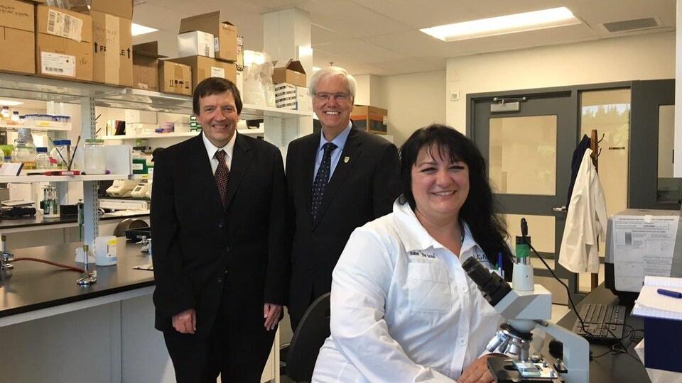 Le professeur au département de chimie Pierre Bénard, le recteur de l'UQTR Daniel McMahon et la professeure Isabel Desgagné-Penix.