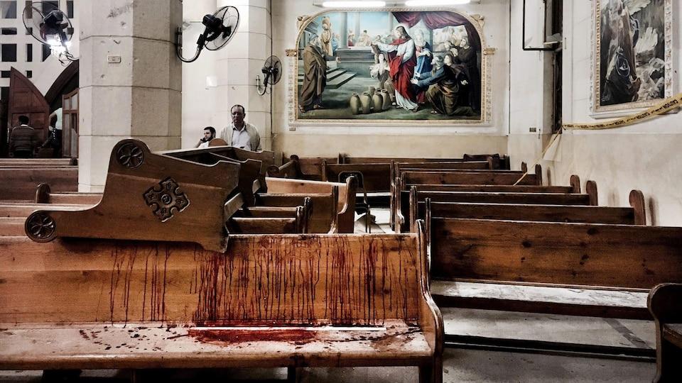 Des taches de sang sur des bancs de l'église St. George sont visibles à la suite d'un attentat-suicide à la bombe, en Égypte, le dimanche 9 avril 2017. Il s'agit d'une église copte.
