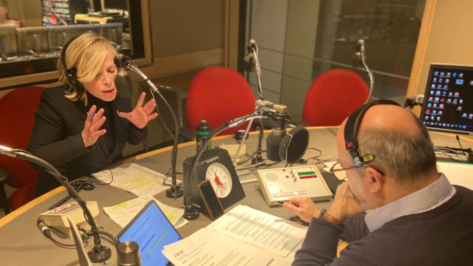 Caroline Proulx, ministre du Tourisme, en studio à l'émission de radio <i>Midi info</i> avec Michel C. Auger.