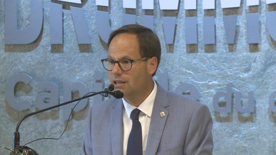 Alexandre Cusson (au micro), maire de Drummondville et président de l'Union des municipalités du Québec lors d'une conférence de presse