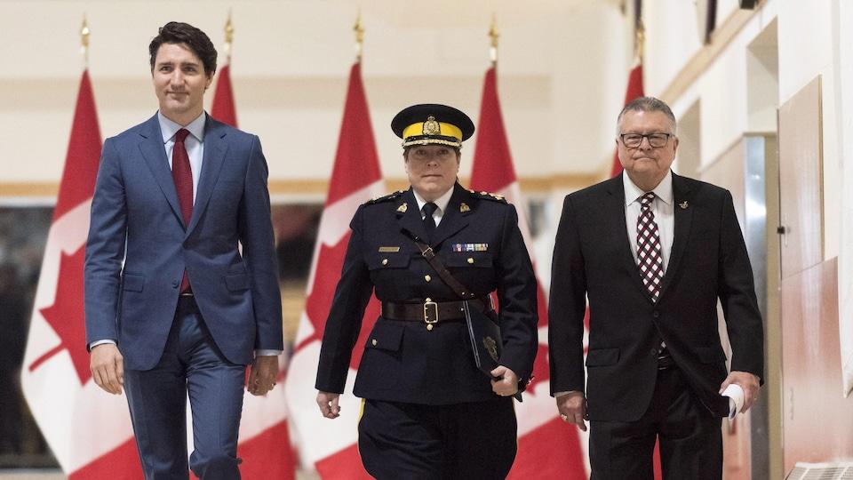 Justin Trudeau (à gauche), Brenda Lucki (au centre) et Ralph Goodale (à droite).