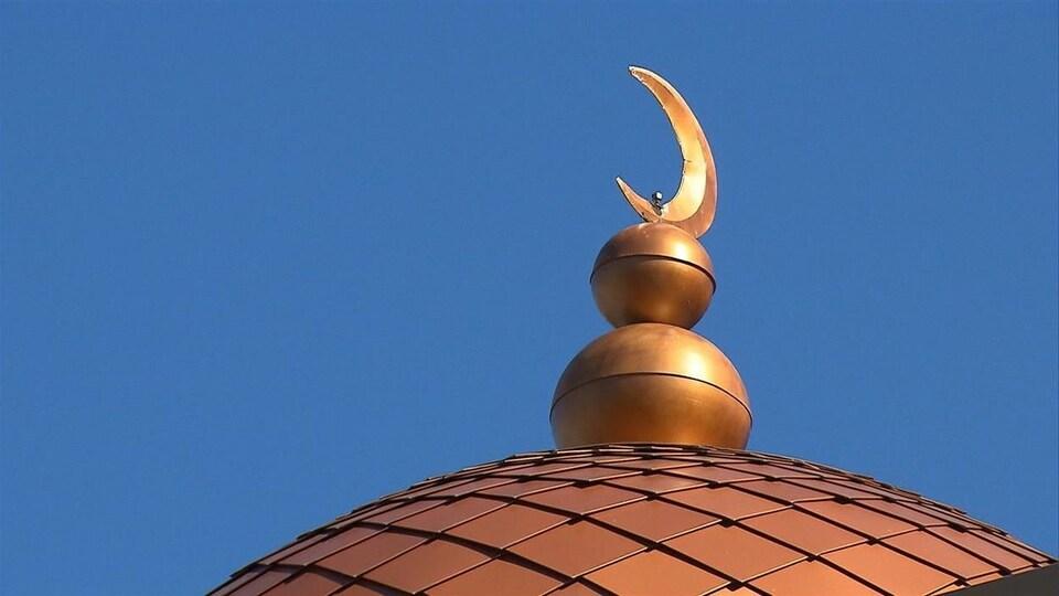 Le croissant, symbole de l'Islam, surmontant une coupole d'une mosquée