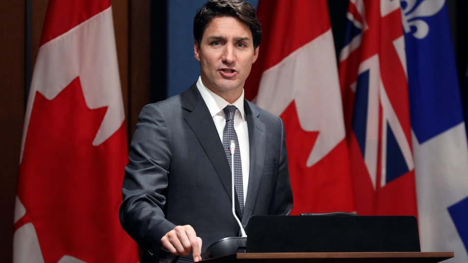 Justin Trudeau devant un lutrin