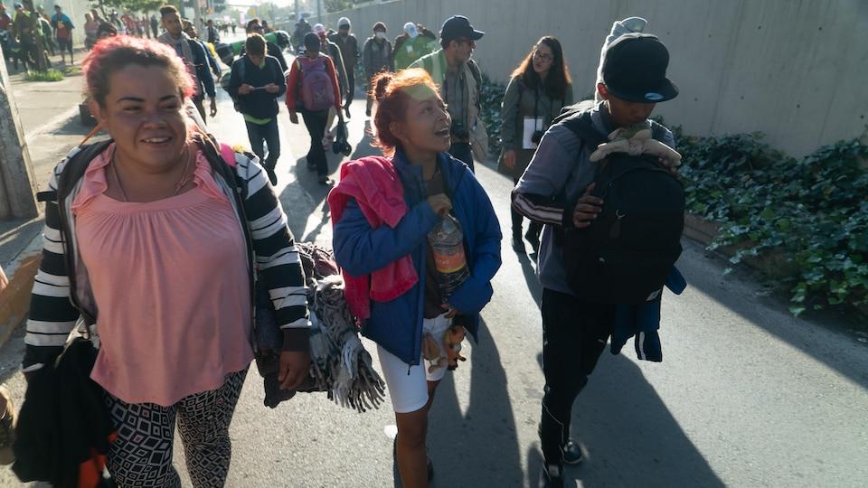Un groupe de migrants marche.