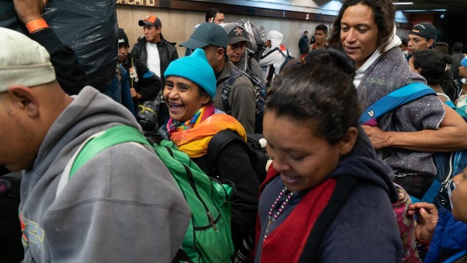 Des migrants dans le métro de Mexico.