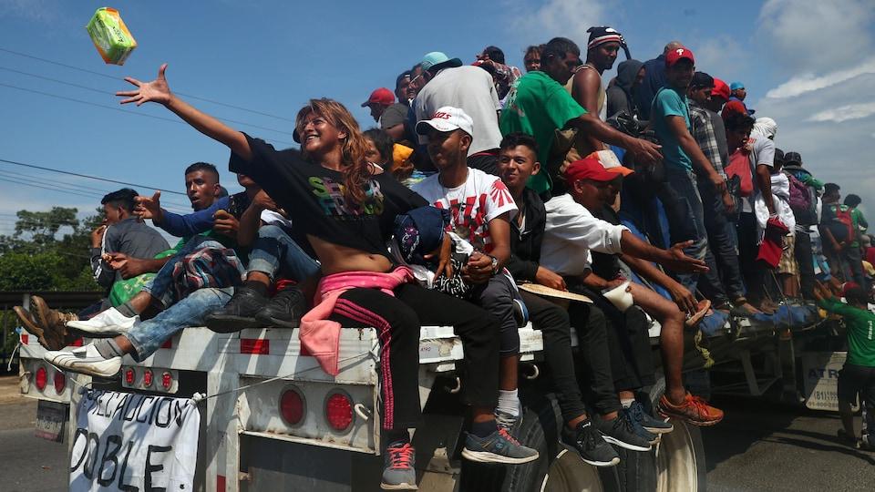 Des dizaines de migrants sur la remorque d'un camion