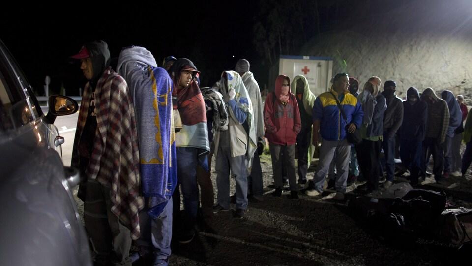 Des migrants vénézuéliens font la file.