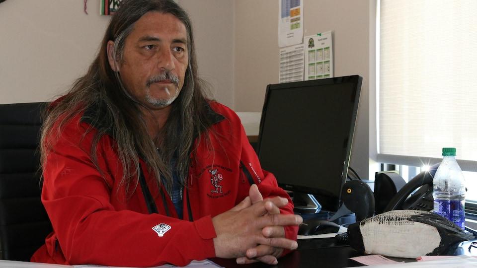 Le grand chef de Kanesatake, Serge Otsi Simon, est assis à son bureau.