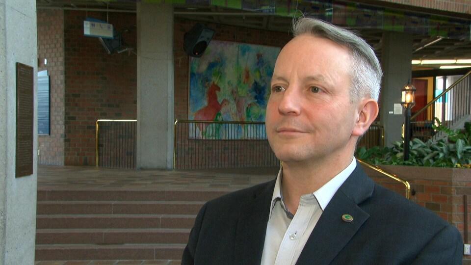 Mike Duggan répond aux questions d'un journaliste à la Maison du citoyen, à Gatineau.