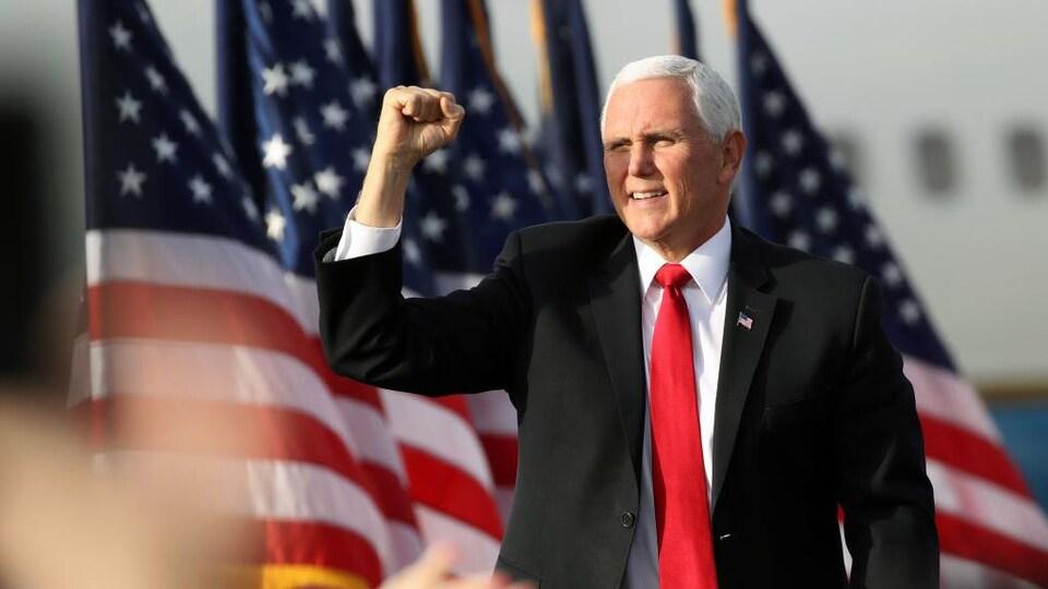 Le poing levé en signe de victoire, Mike Pence sourit à la foule.