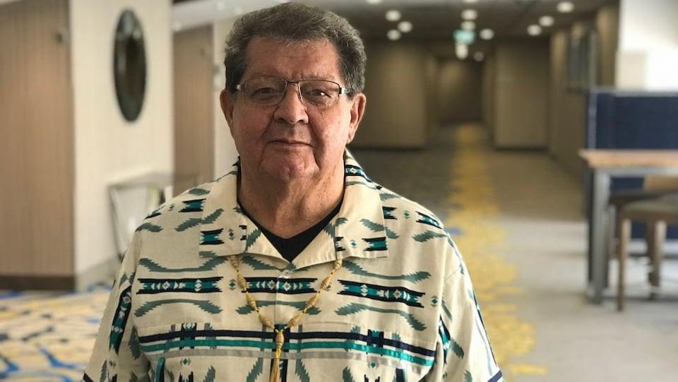 Un homme dans un corridor.