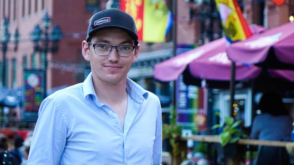 Le tuyauteur Michael Stephen devant un restaurant de Saint-Jean, au Nouveau-Brunswick.