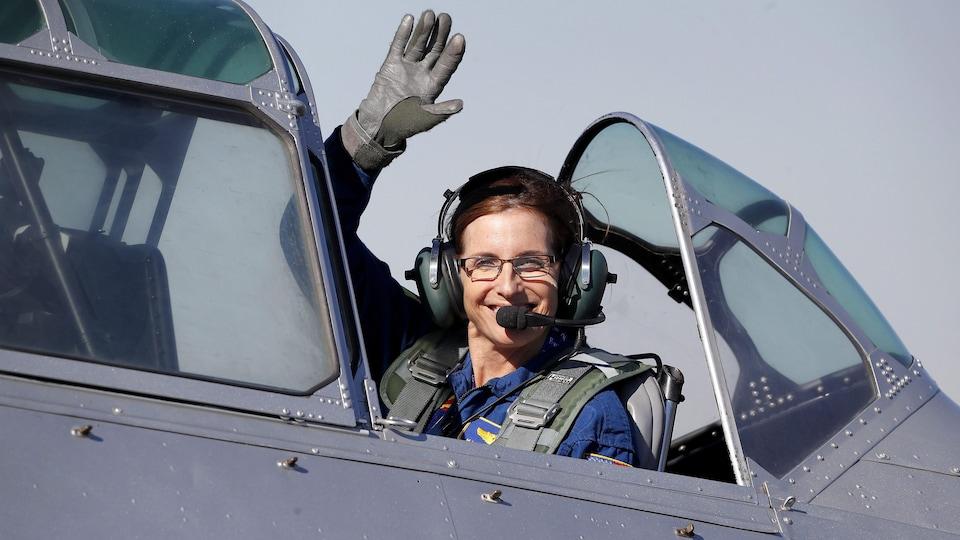 Une photo d'archive montre Mikie Sherrill aux commandes d'un hélicoptère.