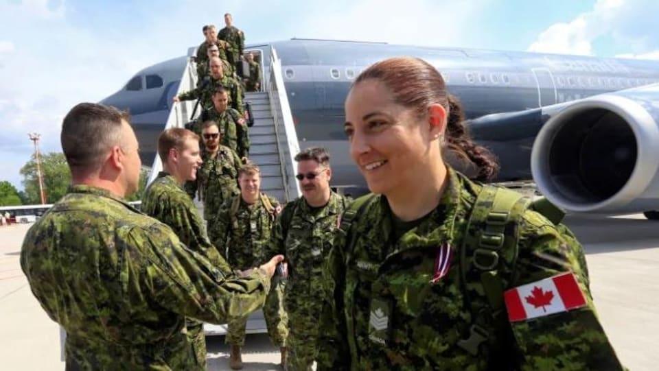Une militaire canadienne arrive en Lettonie en 2017.