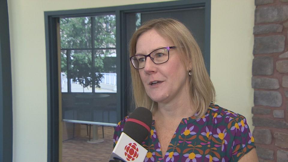 Lisa Watson répond aux questions devant un micro de Radio-Canada.