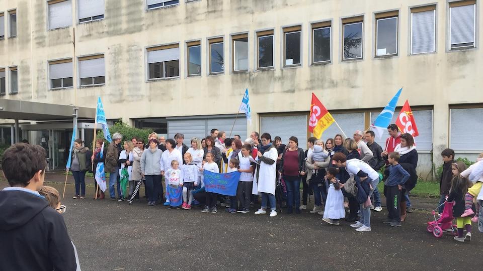 Des militants de la France insoumise manifestant devant l'hôpital de Sarlat, en Dordogne, le 1er mai.