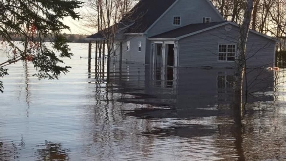 La maison est complètement entourée d'eau
