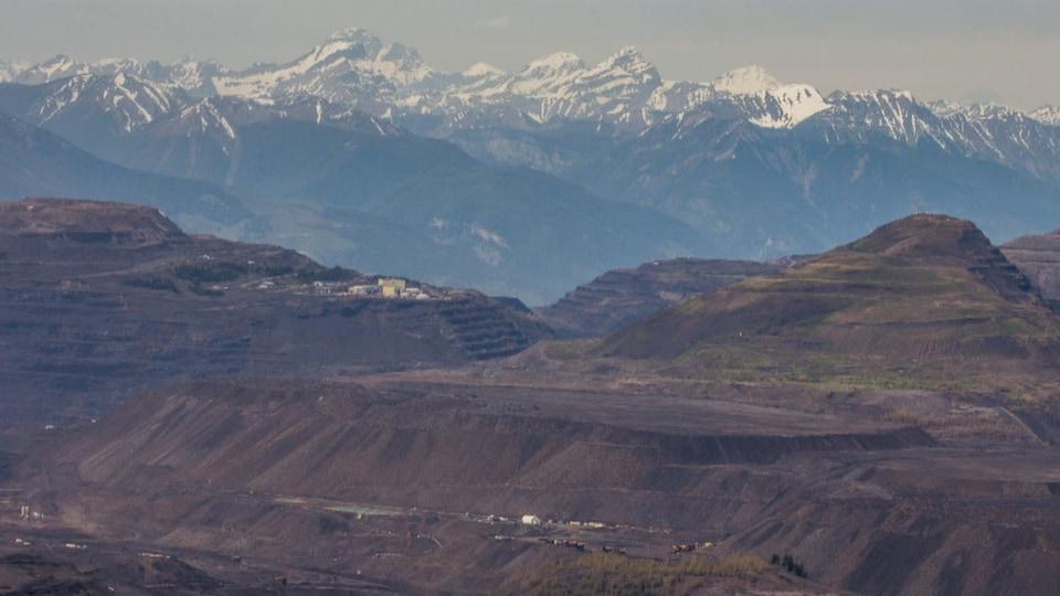 Une mine à ciel ouvert devant les Rocheuses albertaines.