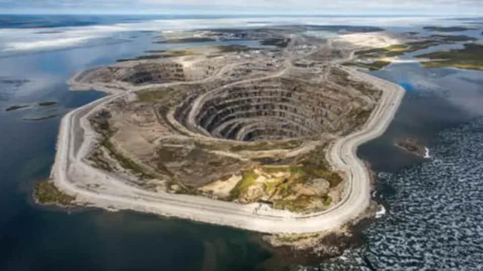 La mine de diamants à ciel ouvert Diavik.