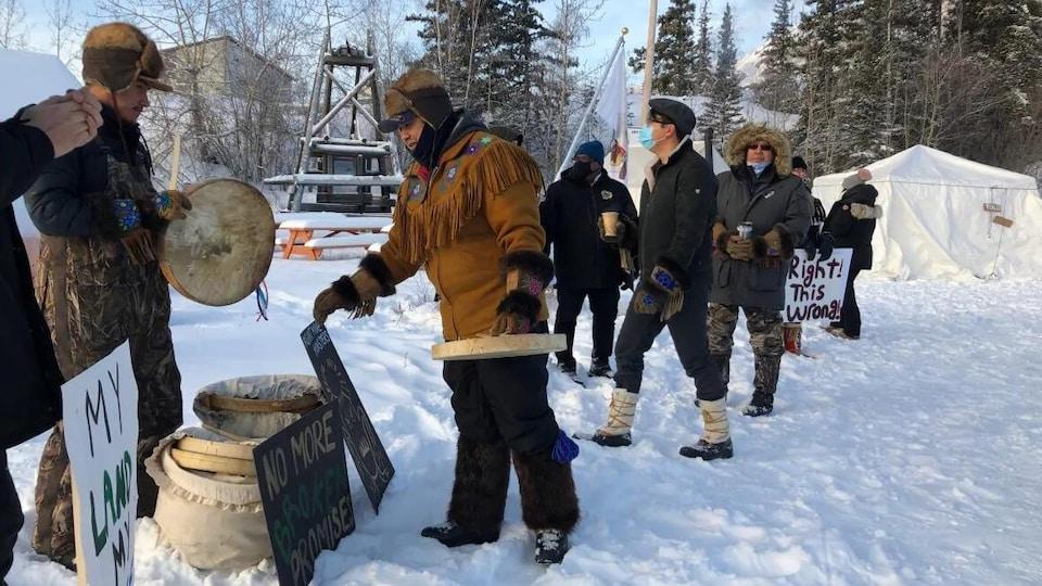 Des membres de la Première Nation des Dénés Couteux-Jaunes près du site de la mine Giant.
