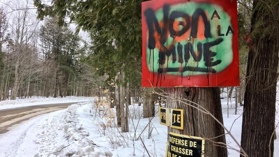 Une pancarte pour montrer l'opposition à la mine.