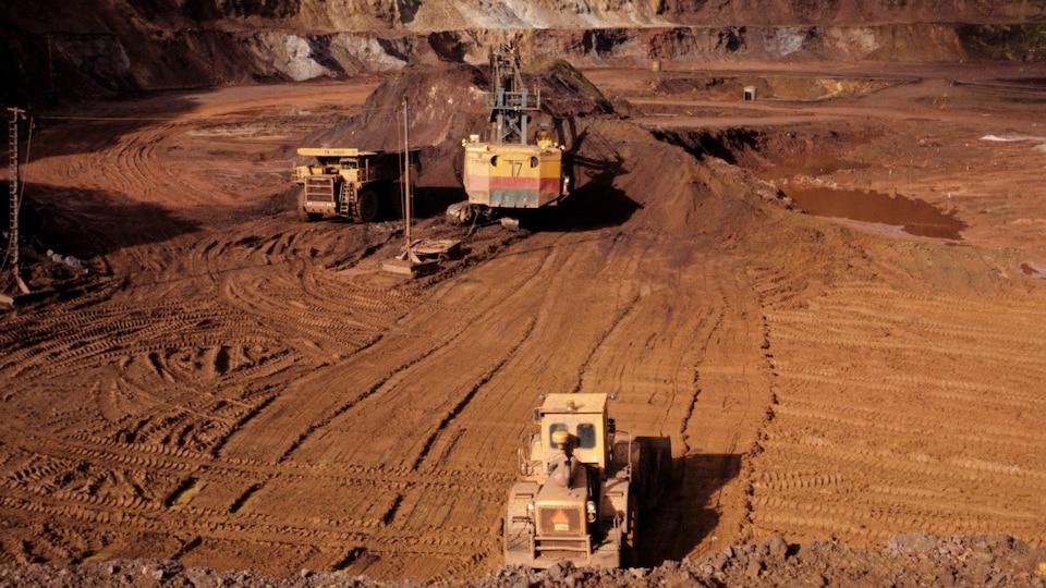 Véhicules lourds sur le site la mine de l'Iron Ore à Schefferville.