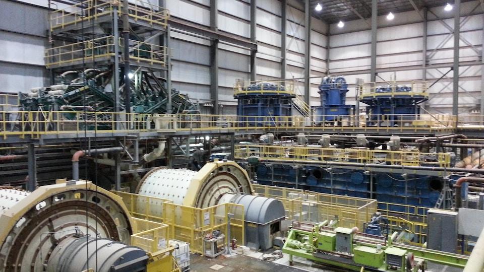 Vue de haut des installations dans l'usine.