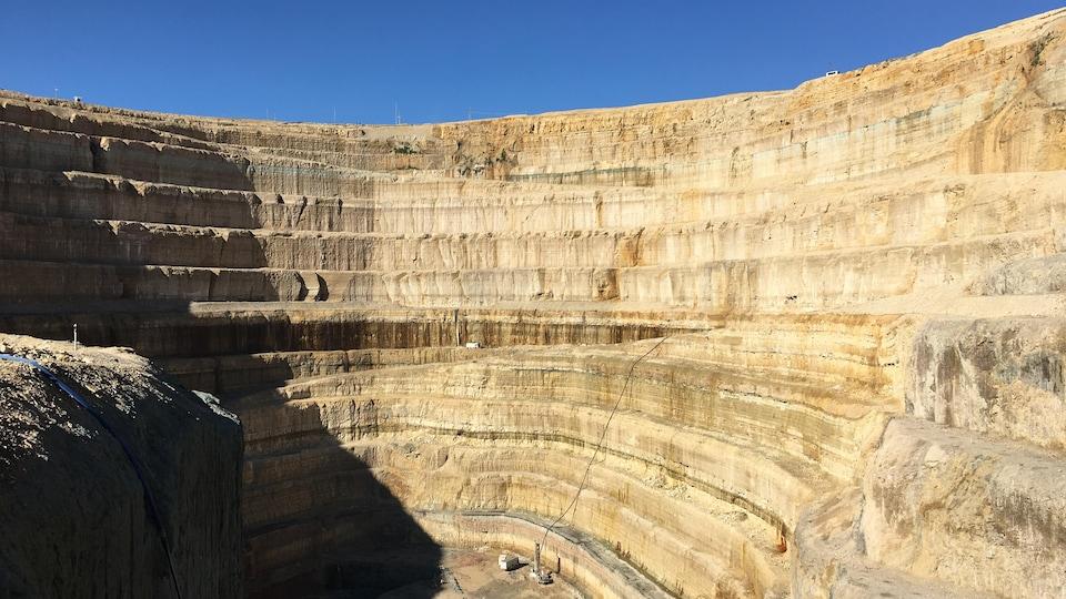 Vue du puits d'une mine prise à partir de l'intérieur.
