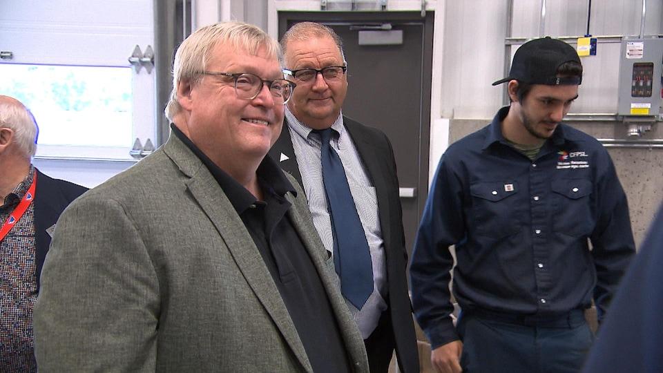 Gaétan Barrette sourit, entouré du président de la Commission scolaire du Fer et d'un étudiant.