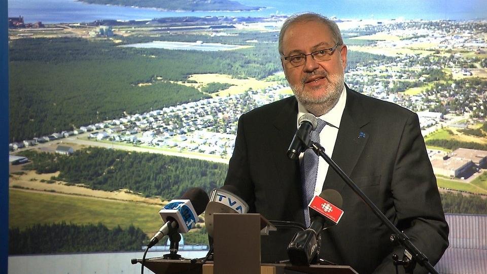 Le ministre responsable de la Côte-Nord, Pierre Arcand, en conférence de presse au Cégep de Sept-Îles