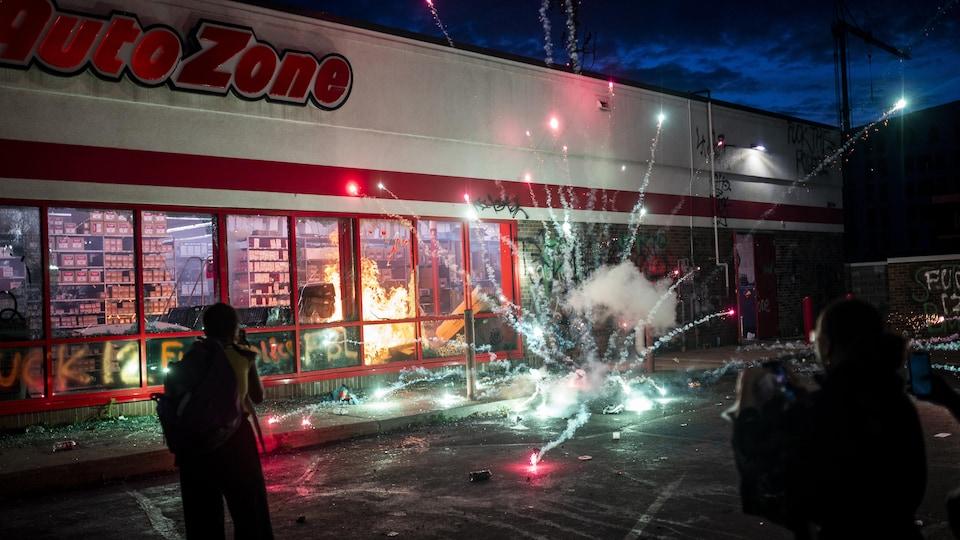 Un magasin en proie à un incendie.
