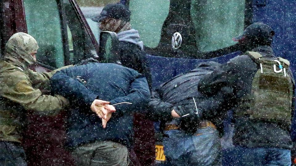 Les forces de l'ordre arrêtent deux manifestants à Minsk.