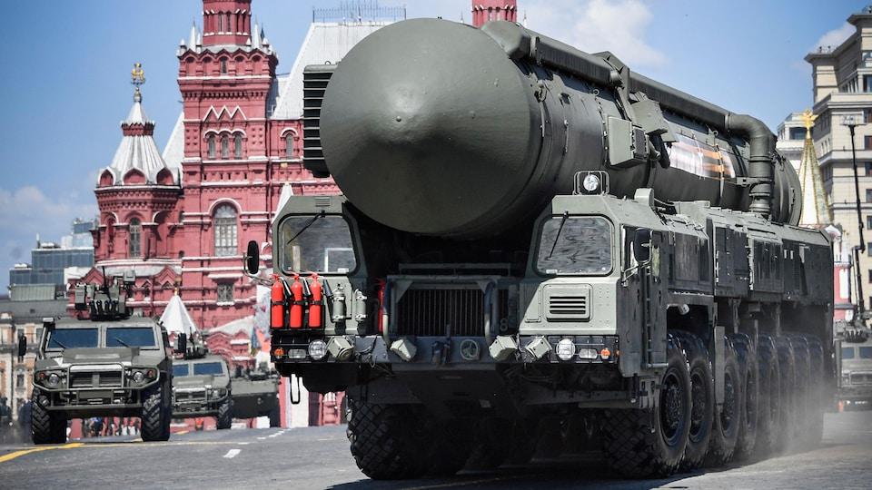 Un véhicule transportant un missile roule dans une rue de Moscou.