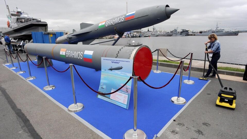 Un missile exposé dans une foire commerciale.