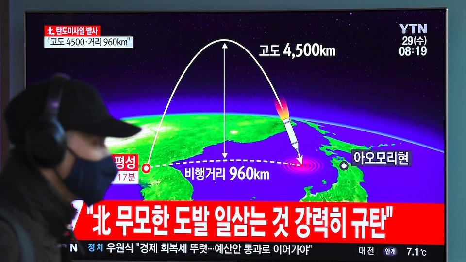 Un homme passe devant un écran de télévision en Corée du Sud.