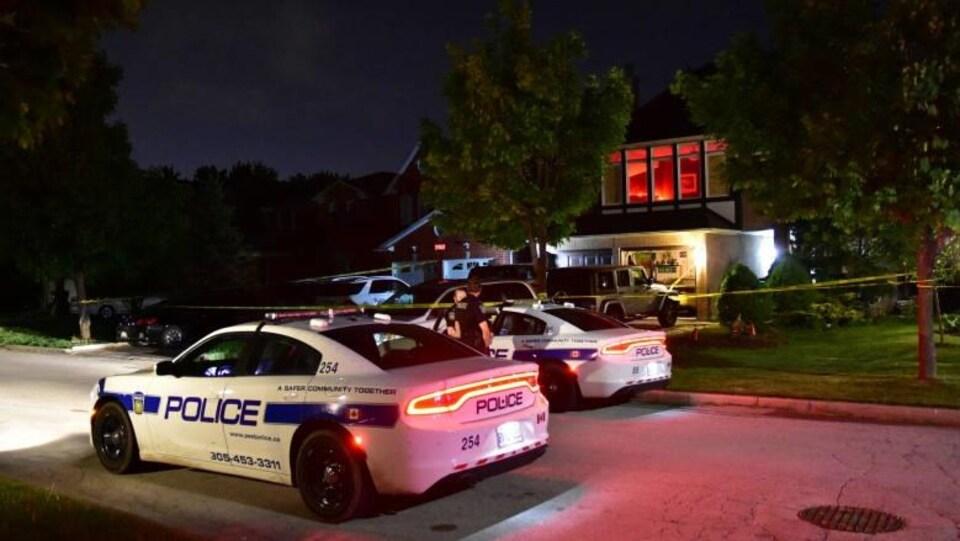 voitures de police devant la maison à Missaussaga en pleine nuit