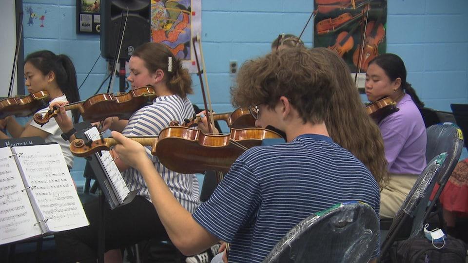 Adolescents qui jouent du violon.