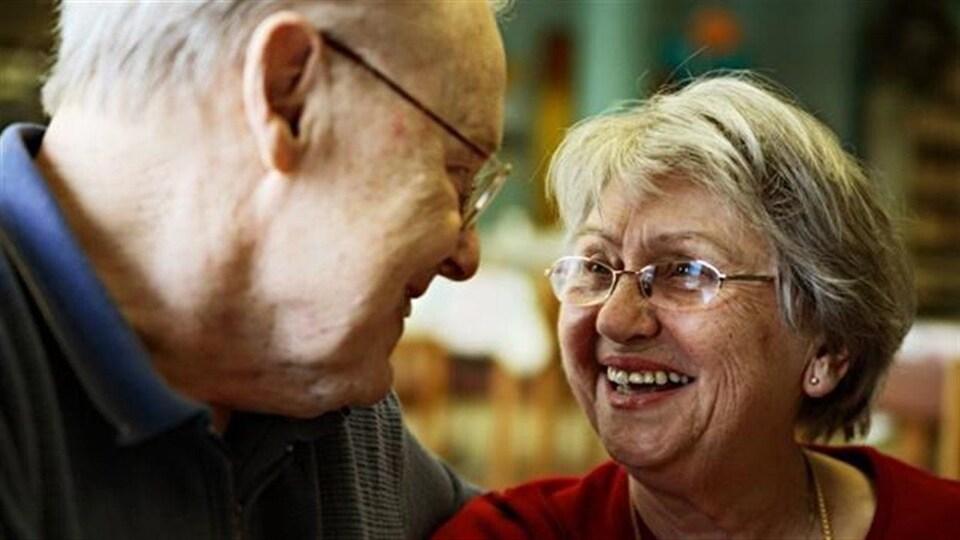 Un couple de personnes âgées