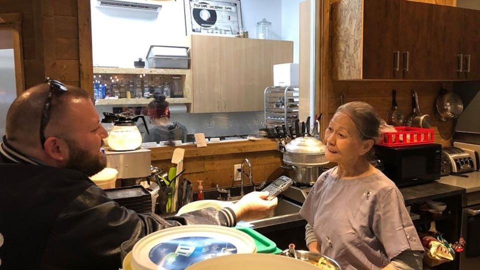 Mme Ly se fait interviewer dans une cuisine.