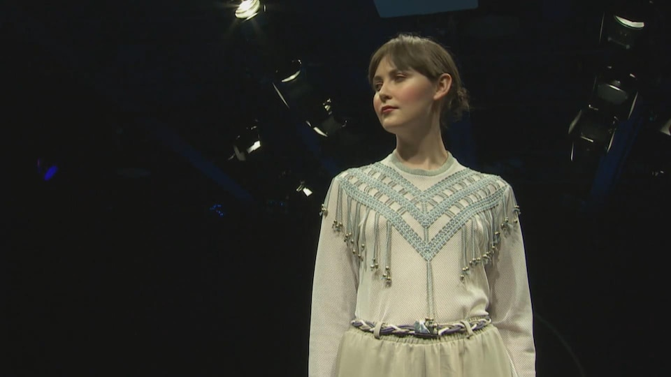 une mannequin lors d'un défilé de mode