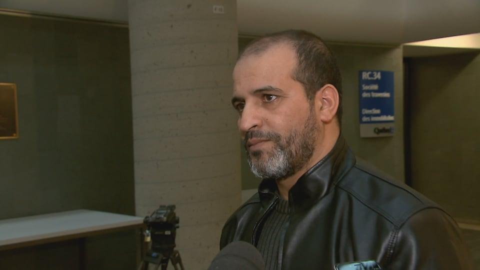 Mohamed Khabar s'entretient avec les journalistes à sa sortie de la salle d'audience.