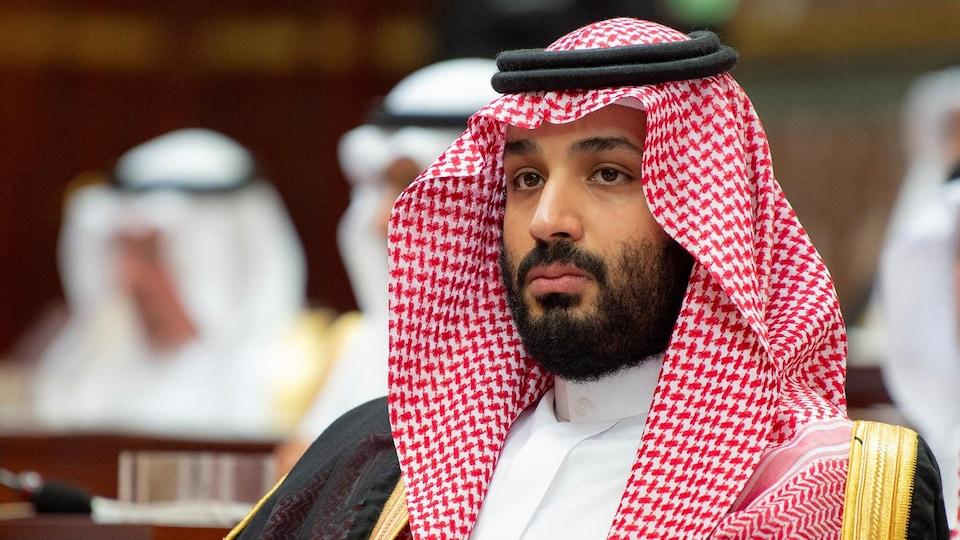 Le prince héritier saoudien regarde devant lui.