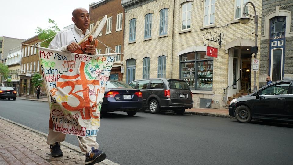 Le moine bouddhiste japonais Toyoshige Sekigushi marchera plus de 400 kilomètres entre Montréal et La Malbaie.