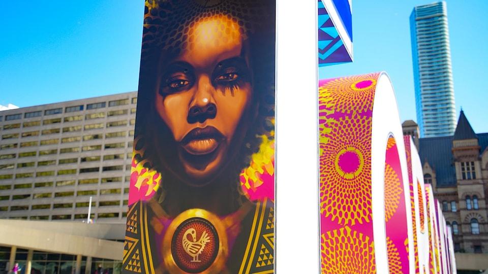 Un nouveau panneau du sigle de Toronto a été installé au Nathan Phillips Square le 18 septembre 2020 et représente le visage d'une personne noire.