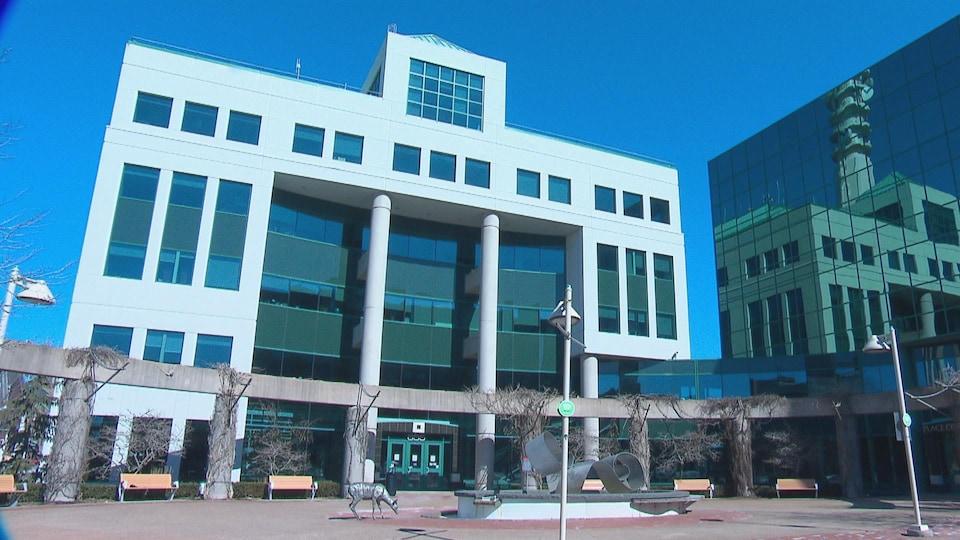 La place de l'hôtel de ville de Moncton est déserte.