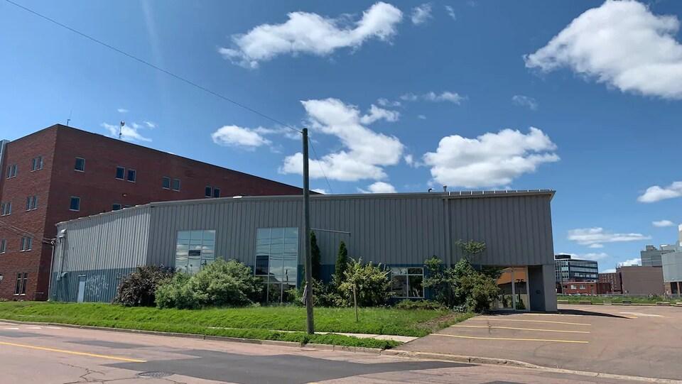 Un ancien édifice commercial recouvert de tôles ondulées