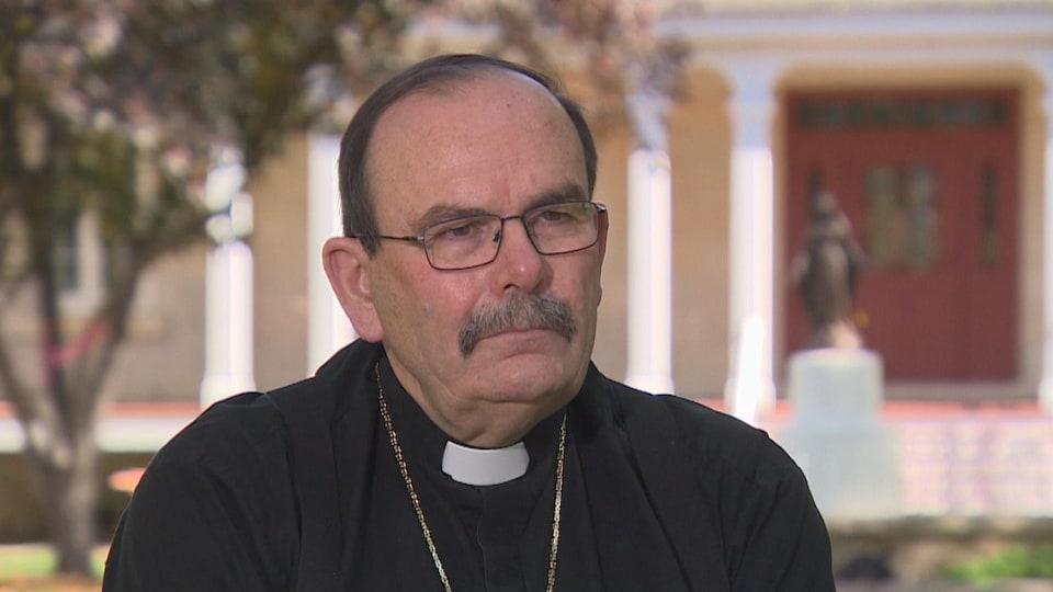 Monseigneur Albert LeGatt dans ses habits religieux.