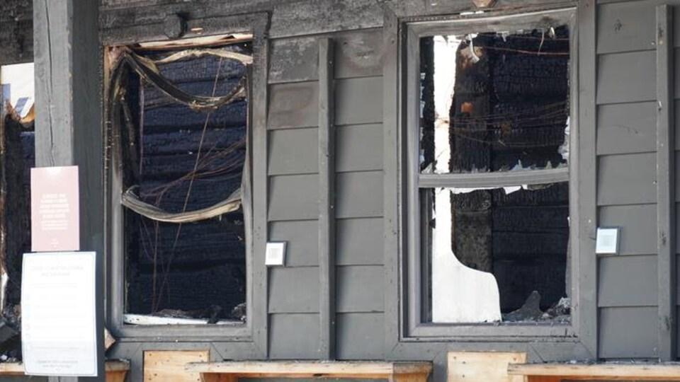 Un immeuble endommagé après un incendie survenu à Cantley, en Outaouais.